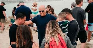 Mais de 550 pessoas são batizadas em praia da Califórnia