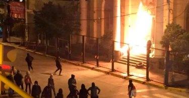 Feministas atacam igreja em protesto a favor do aborto, na Argentina