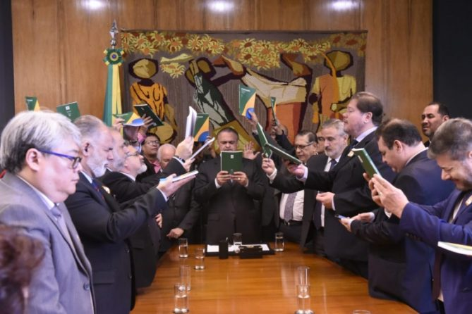 Pastores fazem oração pelo Brasil na sala da presidência da Câmara