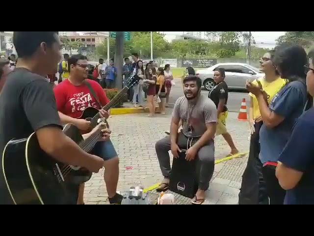 """Jovens evangelizam com música na porta do Enem: """"Trazemos as boas novas"""""""