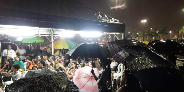 Fiéis realizam culto na chuva após temporal destruir igreja em SP
