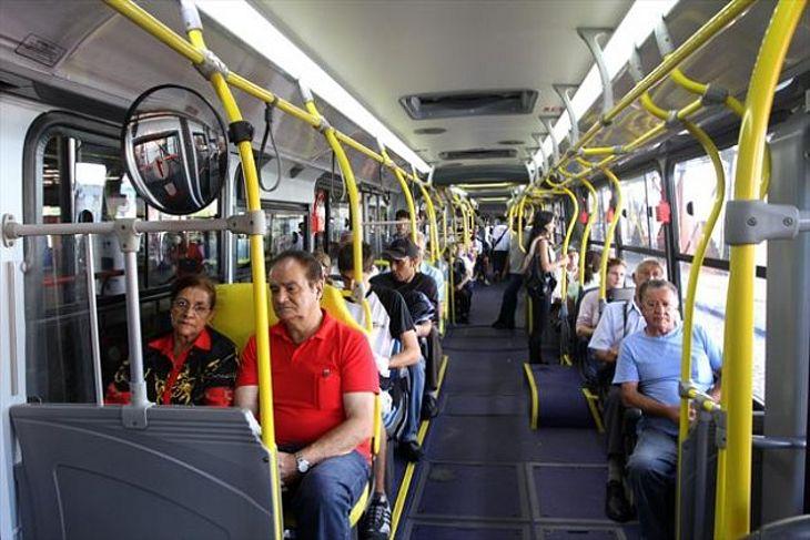Idosa impede assalto em ônibus após orar por bandido, no Rio