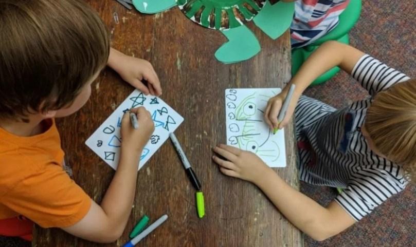 Manual ensina ideologia de gênero no jardim de infância e poligamia aos jovens, nos EUA