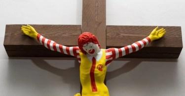 Museu expõe Ronald McDonald crucificado e vira alvo de protestos