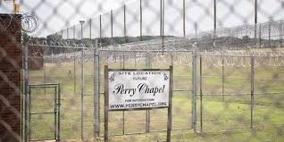 Voluntários se unem a capelão para construir igreja dentro de prisão