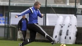David Moyes chuta el balón durante un entrenamiento.
