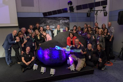 And that's a wrap! The WHOLE team - scientists, flight controllers, comms officers - after an emotional 2 days. Goodbye Rosetta. It's been a pleasure.