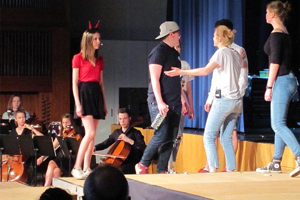 theaterprojekt einfach lebendig die geschichte der bibel neu erzahlt von schulerinnen und