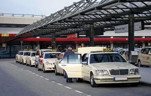 800px-Taxis_at_EDDT-(jha)_photo_Matti Blume, MB-one