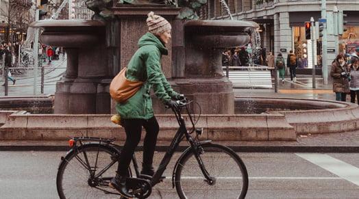 polkupyöräilevä nainen