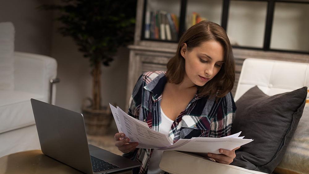 kuvituskuva - nainen lukee papereita