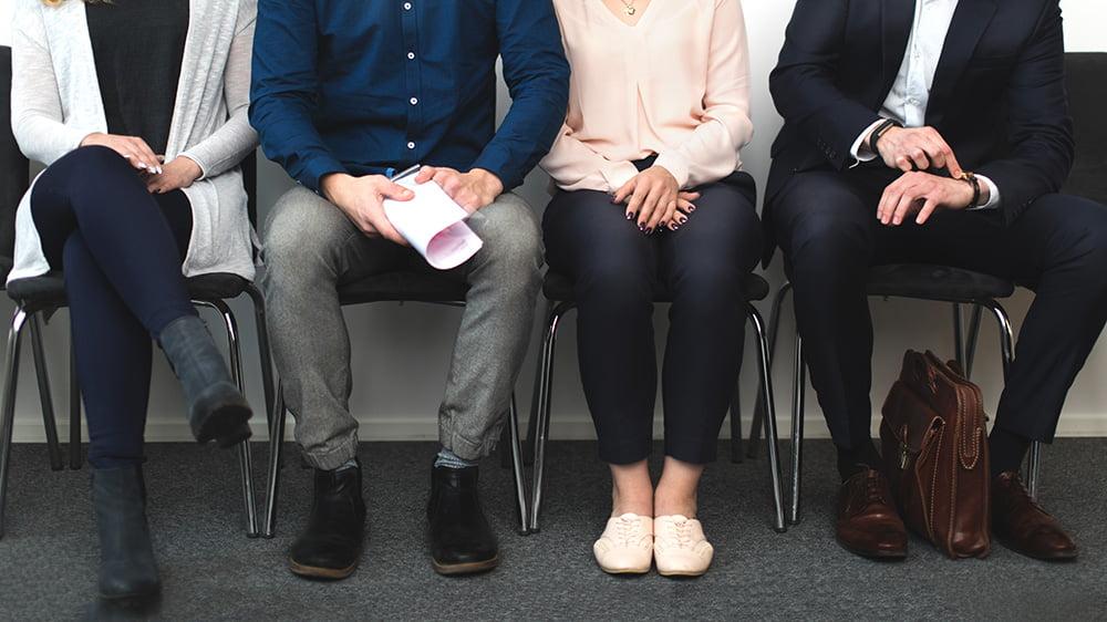 kuvituskuva - ihmisiä istumassa tuoleilla