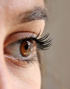 Ögonfransar långa tack vare ricinolja