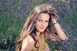 fält med lavendel och kvinna med vackert hår
