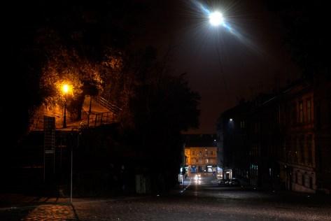 Hladna LED rasvjeta u mesničkoj i natrijeva na stepenicama za Strossmayerovo šetalište.