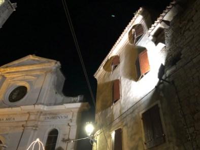 Bale, Istra, reflektor koji osvjetljava crkvu.