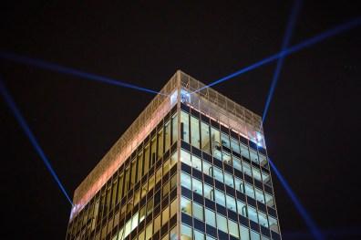 Svjetlosni snopovi na neboderu na Trgu bana Jelačića.