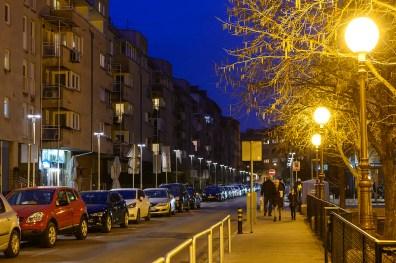 """Park Bartola Kašića u Zagrebu, s jedne strane ulice """"kugle"""", s druge moderna zasjenjena LED rasvjeta. LED rasvjeta je pregusto postavljena i trebala bi imati topliju boju svjetlosti."""