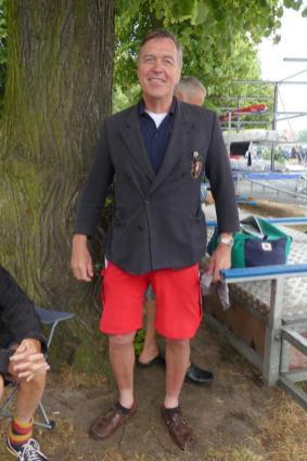 Bernd friert also Ulfs Clubjacke anziehen