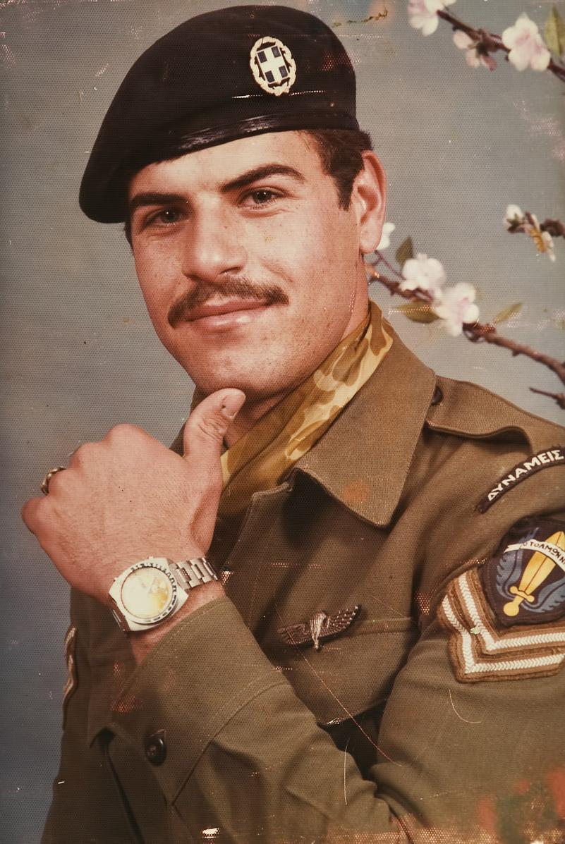 Απεικονίζεται ο Μανώλης Μπικάκης σε φωτογραφία από τον στρατό και είναι χαμογελαστός