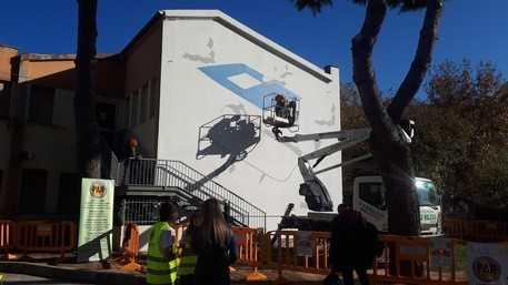 LO STREET ARTIST MILLO ALL'OPERA A PESCARA CON UN MESSAGGIO SULLA 'RESILIENZA'