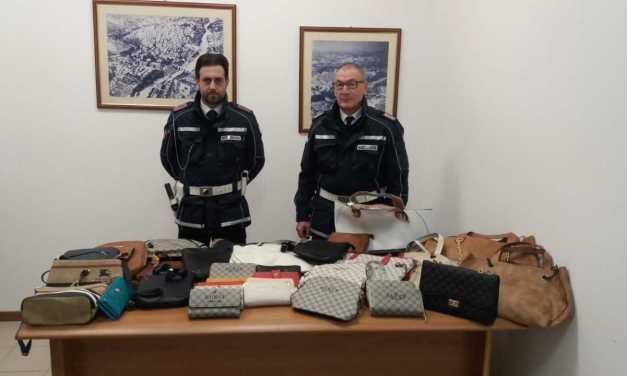 Teramo, nuovo blitz della Polizia Locale al mercato: fermato un venditore abusivo