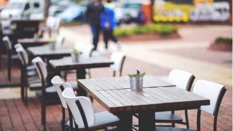 Pizzerie e pasticcerie, via libera a tavolini e sedie