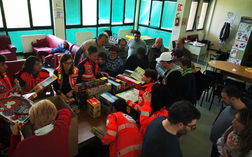 FOTO e VIDEO | Croce Bianca, volontari in visita al Centro diurno per donare uova, giocattoli e sorrisi