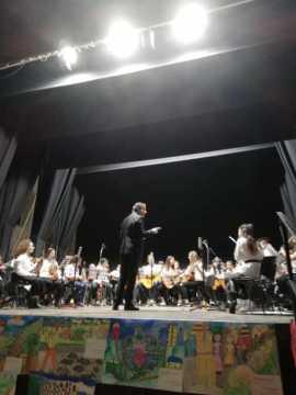 prof. M. Felicioni dirige l'orchestra