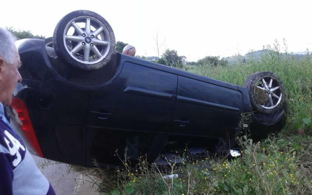 Miano, auto si ribalta: fortunamente illeso il conducente