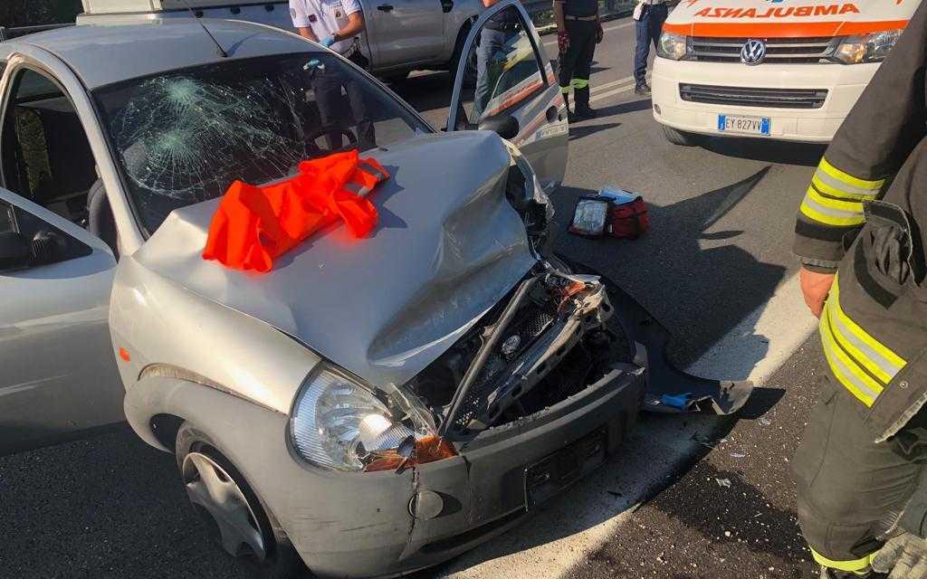 FOTO | Incidente nel Lotto Zero, auto finisce contro il guard rail: due feriti