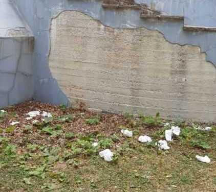 FOTO |  Degrado a Bosco Martese: defecano dinanzi al Monumento ai caduti della Resistenza