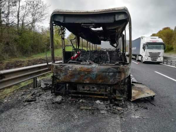 FOTO   A24, autobus a fuoco tra Vicovaro e Carsoli: fiamme spente grazie a squadra antincendio di Strada dei Parchi - ekuonews.it