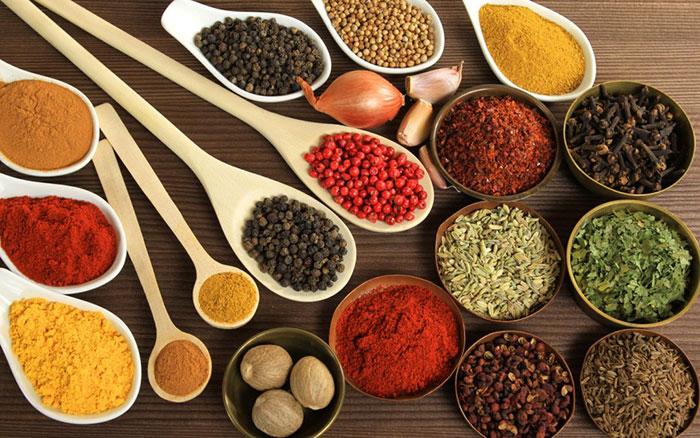 Condimentele şi mirodeniile dau aromă mâncării