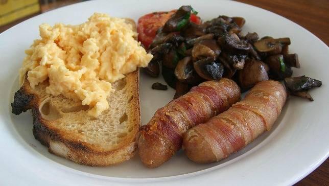 English-eggs-bacon-mushrooms