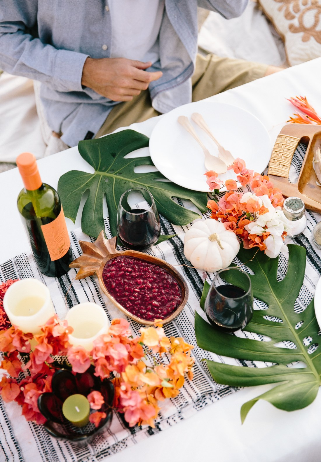 Hawaii-based photographer, educator, blogger and entertainer Elana Jadallah of ElanaLoo.com shares her tips on how to host a festive feast with a tropical twist. | Tropical Thanksgiving | Hawaii Thanksgiving | Hawaii Holidays | Island Style Holidays | How to host a Beach Thanksgiving via @elanaloo + elanaloo.com