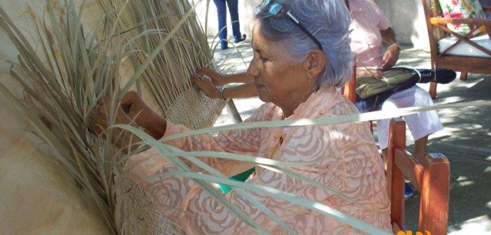 Mujeres tejiendo. Foto: Minorma Peralta.