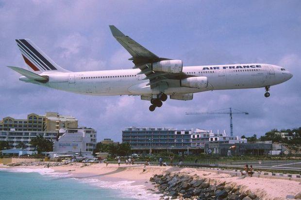 Un clásico: el A340 llegando a San Martín de AF. Aero Icarus