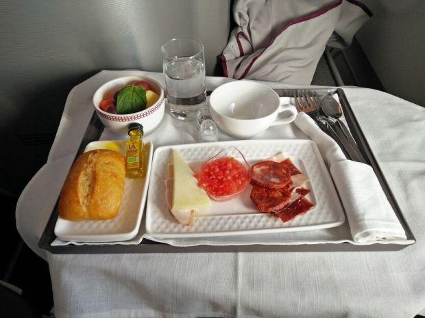Tostadita, tomatito y su buen choricito y jamoncito ibérico. Ay omá que rico!!