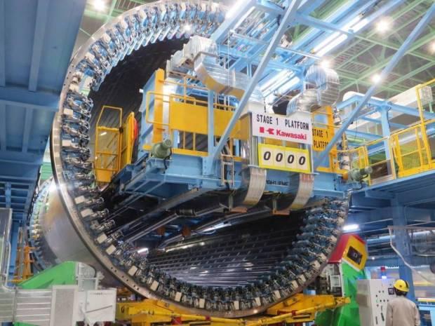 Kawasaki Industries con la primera sección del fuselaje del 787-10 (Boeing)