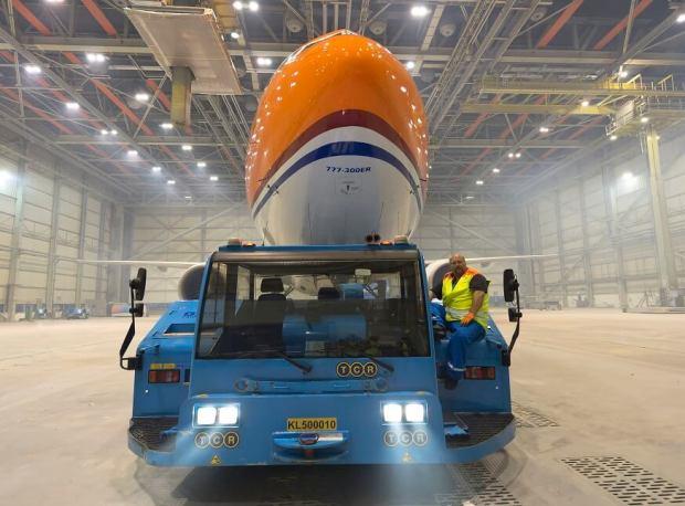 KLM 777 naranja