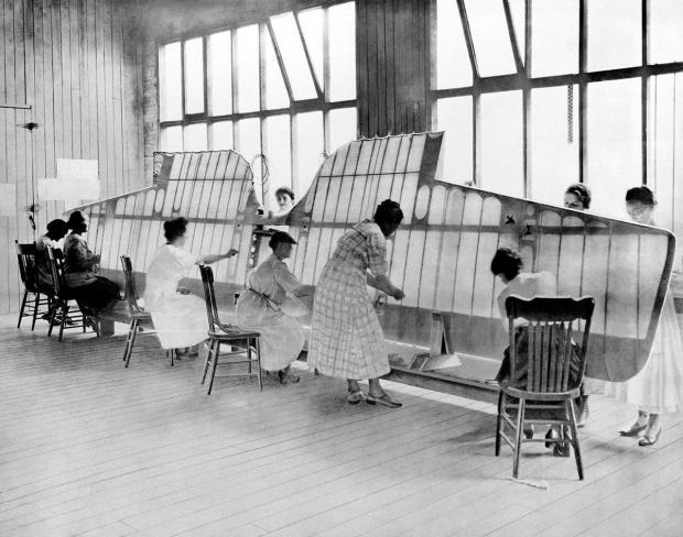 Trabajadoras de Boeing cosiendo alas de los primeros Boeing (Fuente: Boeing)