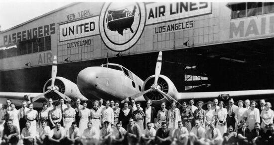 El curioso parabrisas del Boeing 247 inclinado hacia adelante: de esta forma no reflejaba la luz del cockpit en el parabrisas en vuelos nocturnos (San Diego Air & Space Museum Archives)