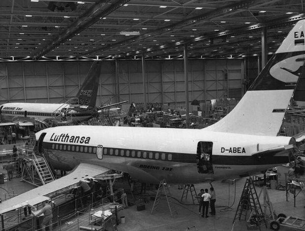 El primer Boeing 737 entregado de la historia (Lufthansa). Al fondo esta el s/n 1, el primer modelo construido y ya pintado para el primer vuelo (Foto: Boeing).