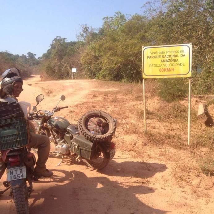 Depois de Itaituba, entrando no Parque Nacional. Logo em seguida furou o pneu dianteiro!