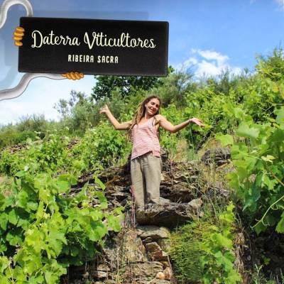 Laura Lorenzo entre viñas del Val do Bibei