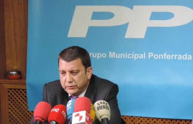 Momento en el que Carlos López Riesco anuncia su dimisión