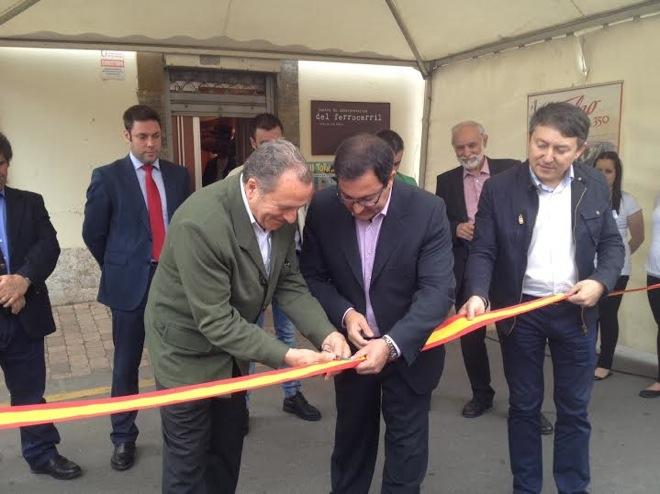 José Luis López y Pedro Fernández cortan la cinta para dar comienzo a Toral en Tren