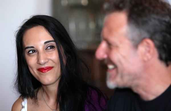 La bailarina y profesora de danza oriental, Aned El Kamar, junto al director del festival 'Villar de los mundos', Nicolás de la Carrera, durante la presentación de la cita cultural que se celebrará el próximo fin de semana./ C. SANCHEZ