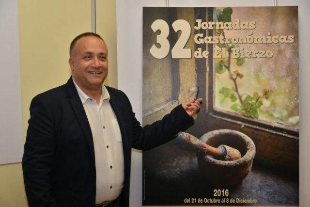 Courel muestra el cartel de esta 32 edición realizado por el también fotógrafo de EBD QUINITO.
